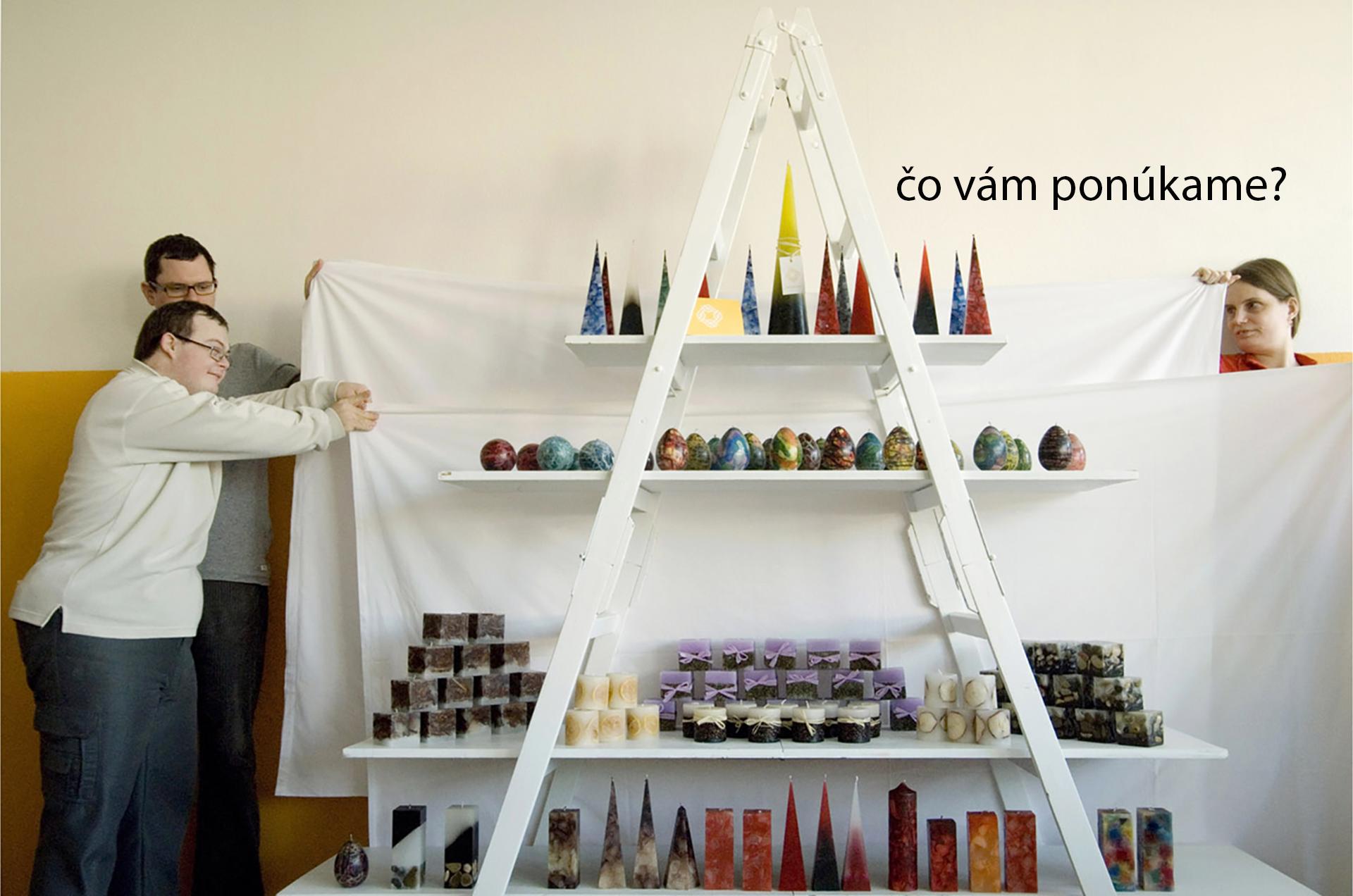 Sviečky, pohľadnice a iné produkty, ktoré ručne vytvárajú v dielňach Impulzu.